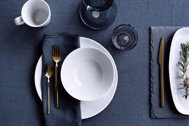 Tavola con tovaglia in lino indaco e stoviglie bianche e blu