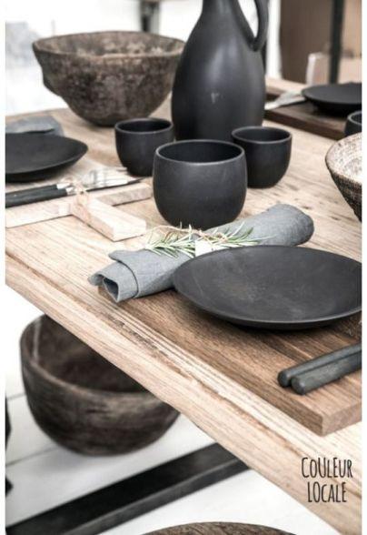 Tavola apparecchiata con stoviglie in colore nero