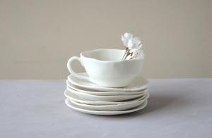 Piattini e tazza in ceramica fatta a mano da un'artigiana di rovereto (TN)