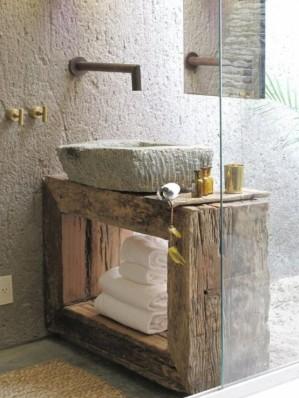 Mobile bagno con cubo di legno molto vissuto e lavandino in pietra