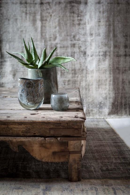 Tavolino in legno molto vissuto in perfetto stile wabi sabi