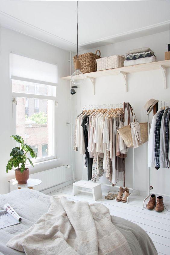 """Un armadio """"open air"""" ossia senza struttura con abiti (pochi) in vista"""