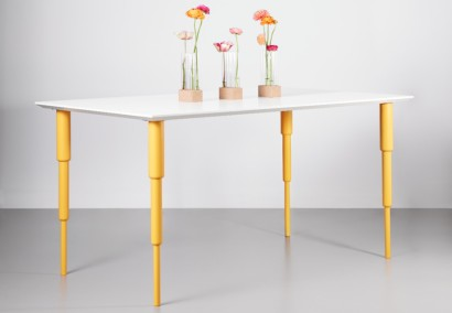 Piano Melltorp di IKEA con gambe gialle Prettypegs