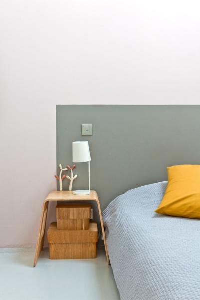 Testiera del letto creata dipingendo un rettangolo grigio su parete bianco/rosata
