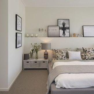 Mensola sopra al letto lunga come tutta la parete alle spalle del letto con quadri, vasi e candele