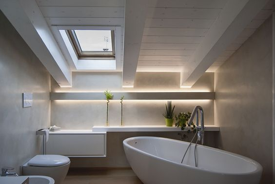 Luce indiretta con strip led in un bagno