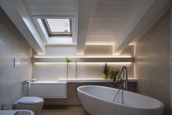 Luce indiretta con strip led in un bagno