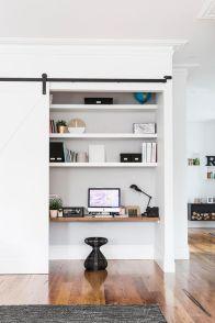 ufficio nascosto ricavato creando una sorta di armadio con anta scorrevole esterna