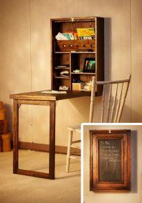 Mobiletto a muro che da chiuso è una lavagna, ma abbassando l'anta lavagna si trasforma in tavolo