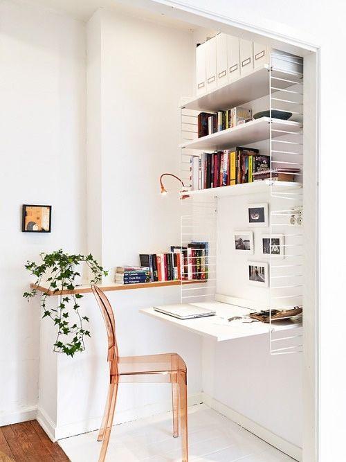 scrivania creata con delle griglie laterali fissate al muro e delle mensole
