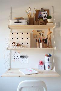scrivania fatta con 3 mensole uguali in legno e staffe in metallo bianco