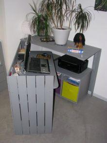 mini ufficio costruito con legno di pallet che da chiuso sembra un mobiletto basso, ma aperto è un vero e proprio ufficio
