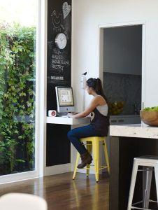Angolo ufficio ricavato nell'angolo tra due porte con fondo colorato a lavagna