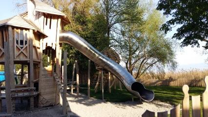 Castello in legno con scivolo a tubo del parco giochi interno del camping Schloss Helmsdorf ad Immenstaad am Bodensee