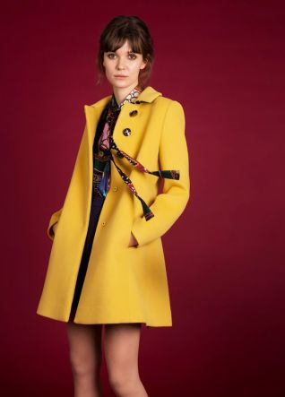 Cappotto giallo zafferano in stile anni '50 di Moschino