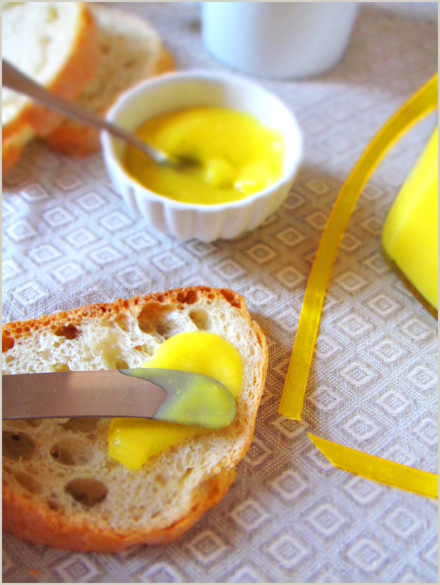 Crema al limone di un bel giallo intenso spalmata su una fetta di pane