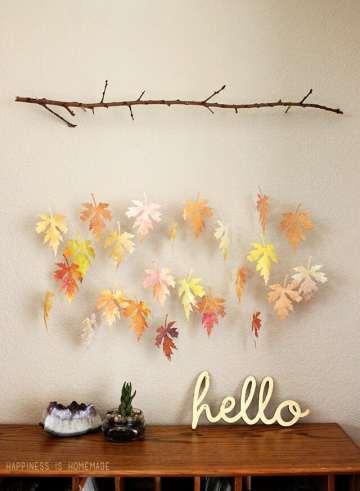 Ramo con foglie di carta dipinta con gli acquerelli