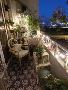 Balcone con lucine arrotolate intorno al parapetto