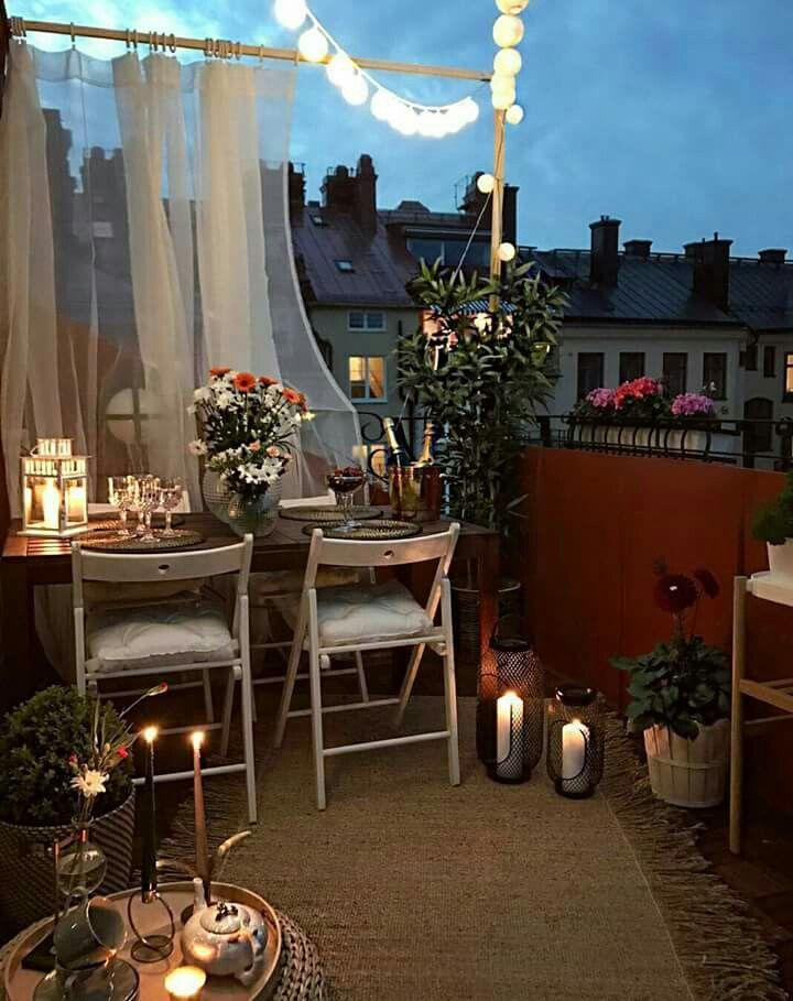 Cena in terrazza con lanterne e candele