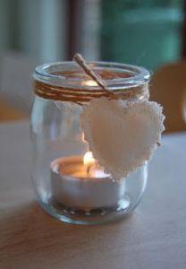 Vasetto in vetro con tea light, spago e un cuoricino bianco