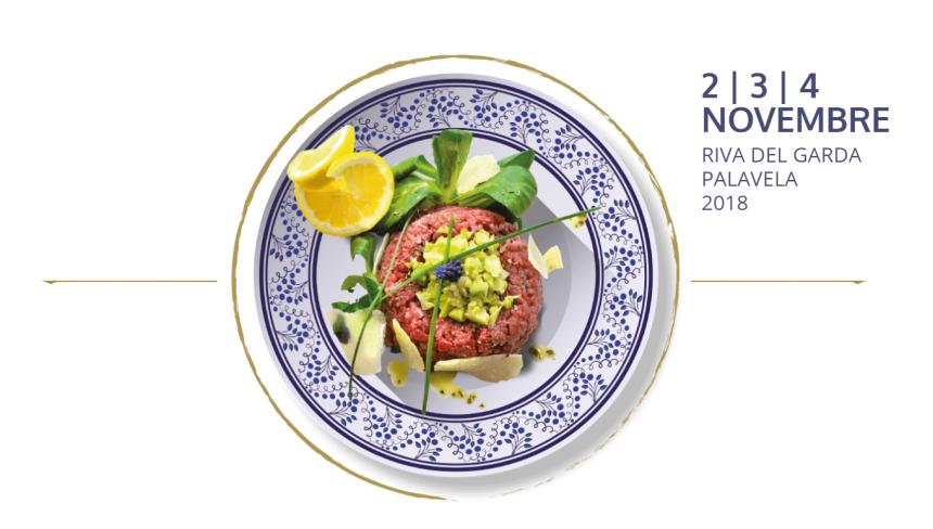 Tartare di carne salada su piatto bianco con decori blu