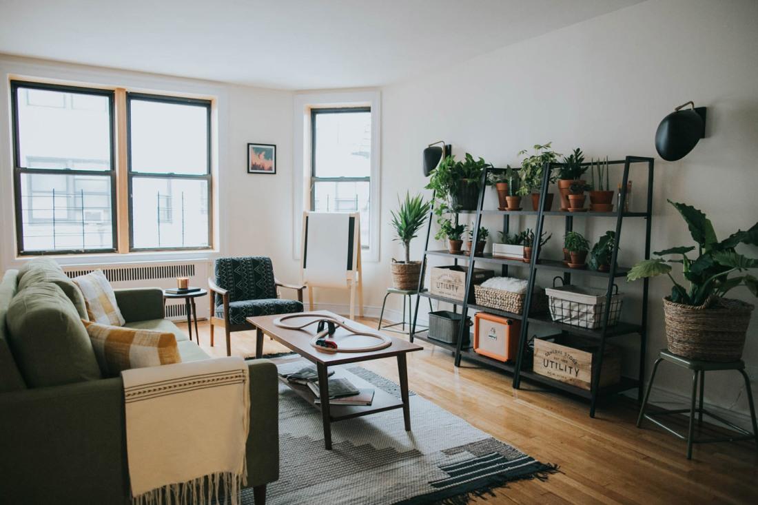 Soggiorno minimal con divano e scaffali in ferro
