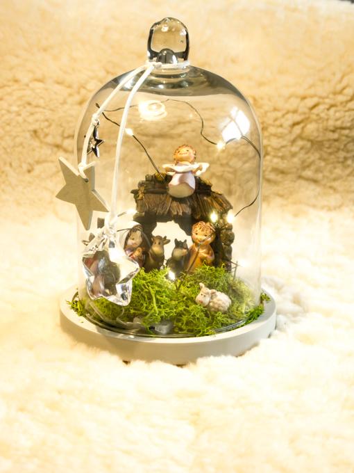 Presepe assemblato nella campana di vetro