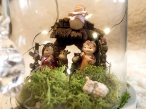 Primo piano con Giuseppe, Maria, l'Angelo, il bue, l'asinello e la pecora