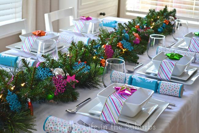 Tavola colorata con piatti in ceramica bianca, nastro multicolore e stella verde e blu