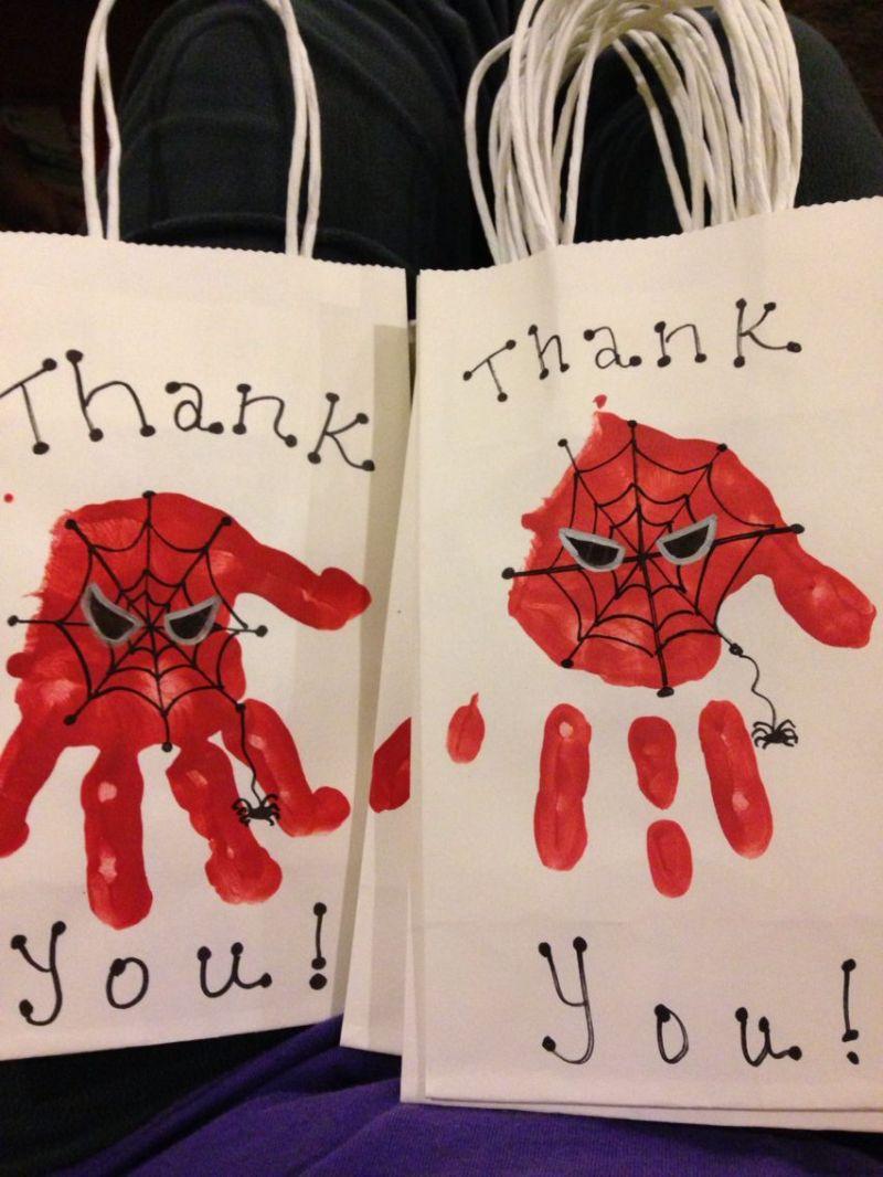 Borsine da consegnare a fine festa con impronta della mano stile Spiderman