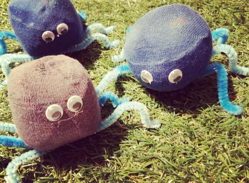 Ragnetti fatti con palline da giocoliere e calzini riciclati