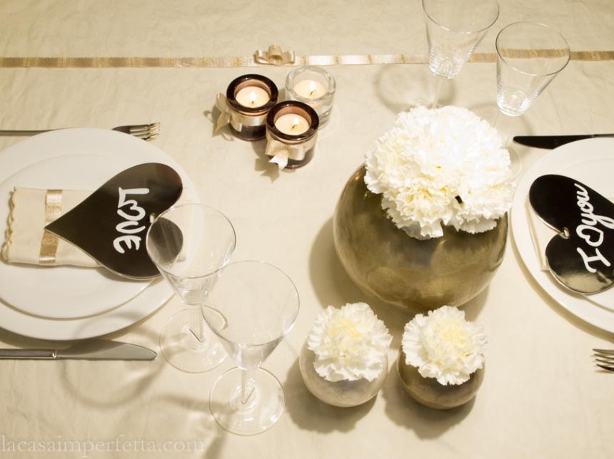 Table set oro e bianco, con cuori in metallo con scritta, vasi rotondi in madreperla e mini bouquet di Garofani bianchi