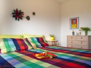 Camera da letto coi colori del carnevale
