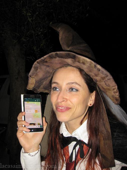 Mia sorella che ascolta l'audio del cappello per capire quale sarà la sua casata