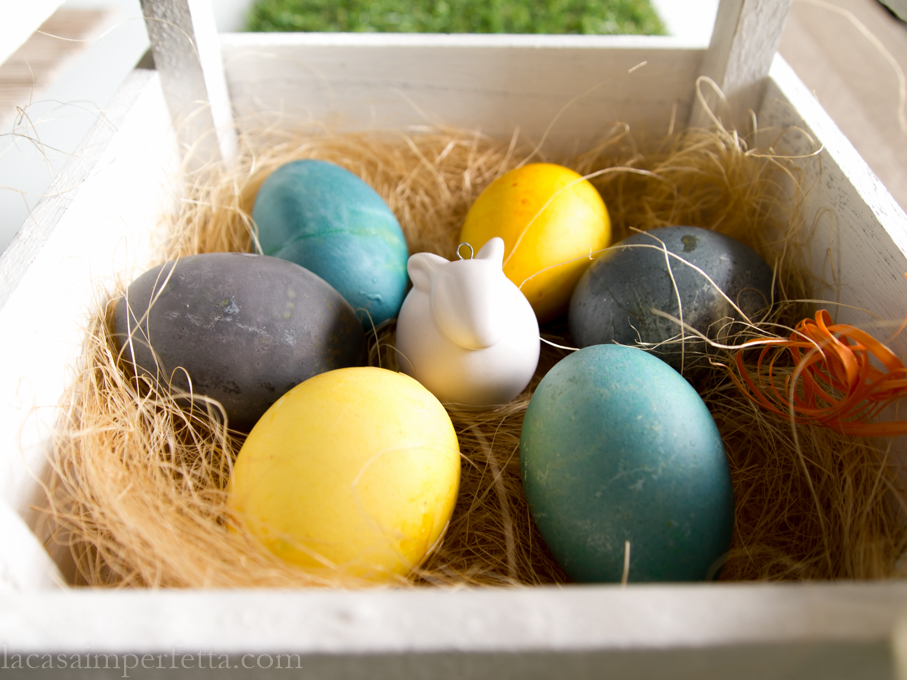 Cassettina di legno con uova sode colorate e coniglietto in ceramica