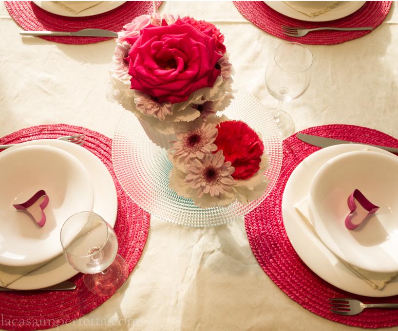 Tavola bianca e fuxia per la festa della mamma con cupcake fioriti