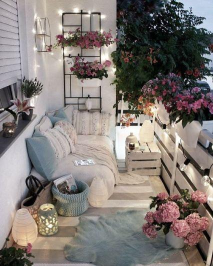 Mini balcone sui toni del bianco, rosa e azzurro