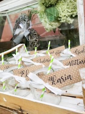 Vasetti utilizzati come bicchieri con cannucce di carta e tag con nomi