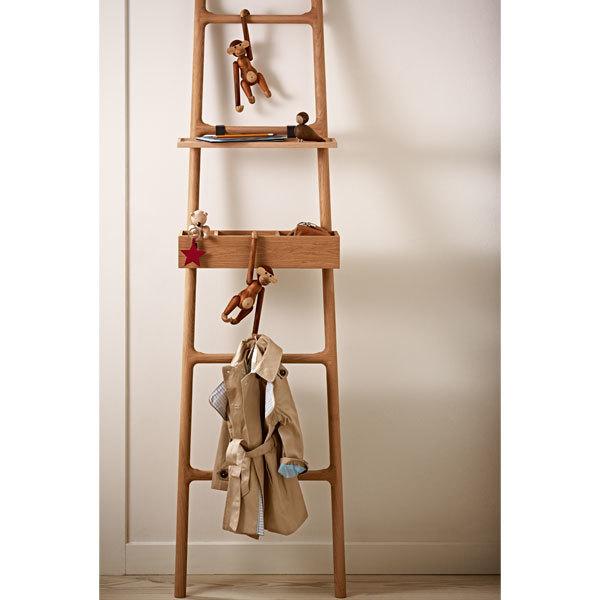 Scimmietta in teak appesa a una scala