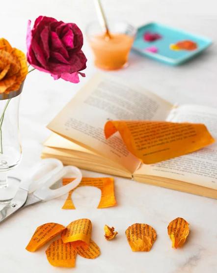 Rose fatte con le pagine di un libro