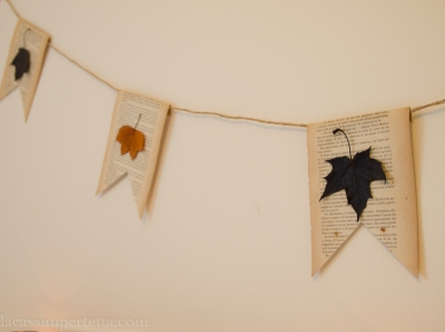 Ghirlanda con foglie e pagine di vecchio libro