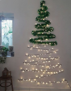 Albero a parete con lucine e ghirlande verdi