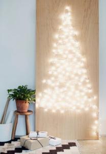 Albero a parete creato solo con le lucine