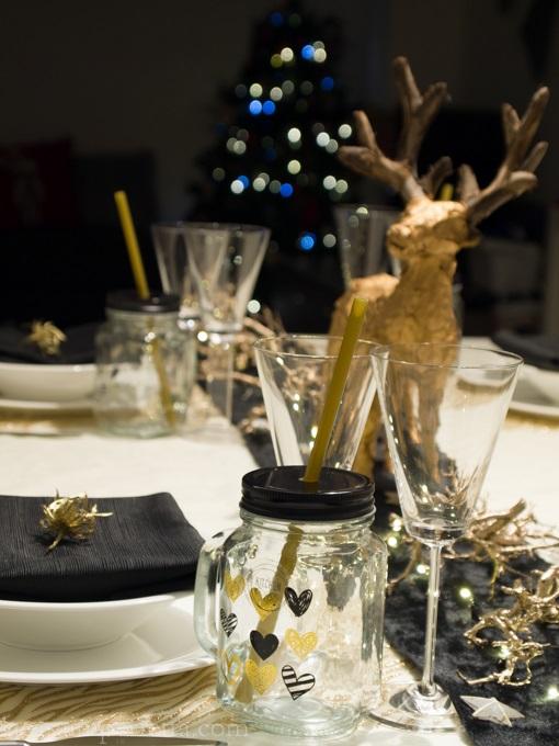Dettaglio della tavola nera e oro con focus su boccale con cuori oro e neri
