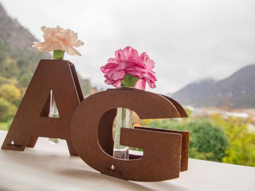 Vaso in corten a forma di lettera con fialetta per un fiore