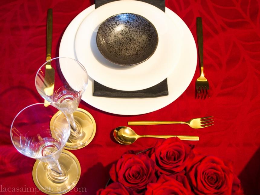 Tavola di San Valentino rosso-nero-oro