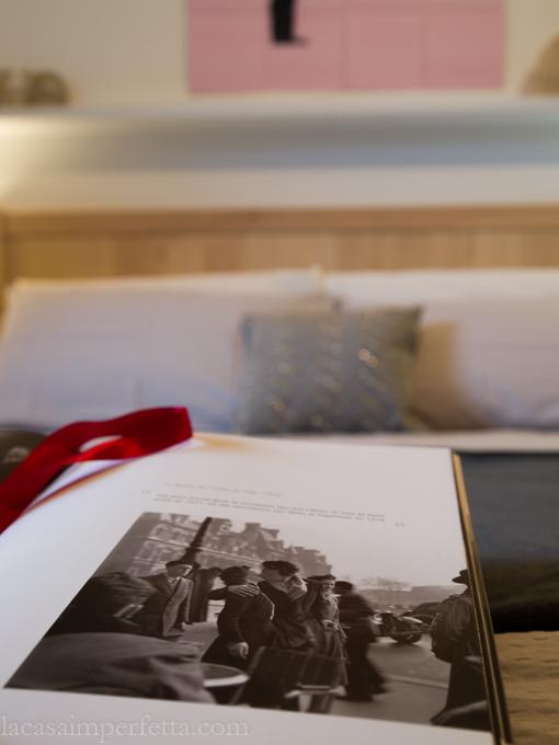 """Stanza sulle tonalità del grigio con qualche tocco di rosa e rosso con dettaglio su """"Il bacio"""" di Doisneau"""