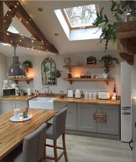 Cucina con lucine decorative sul trave del soffito