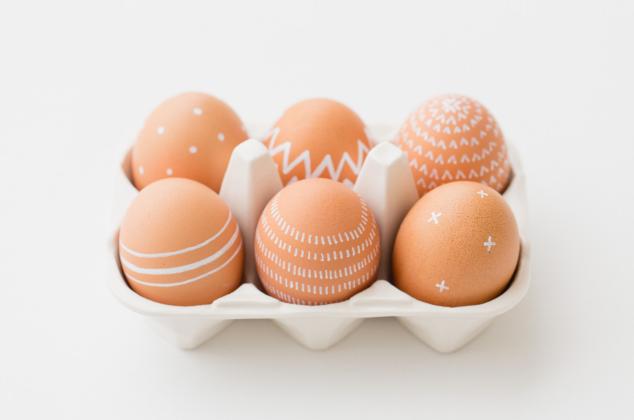 Uova marroni con decori geometrici bianchi