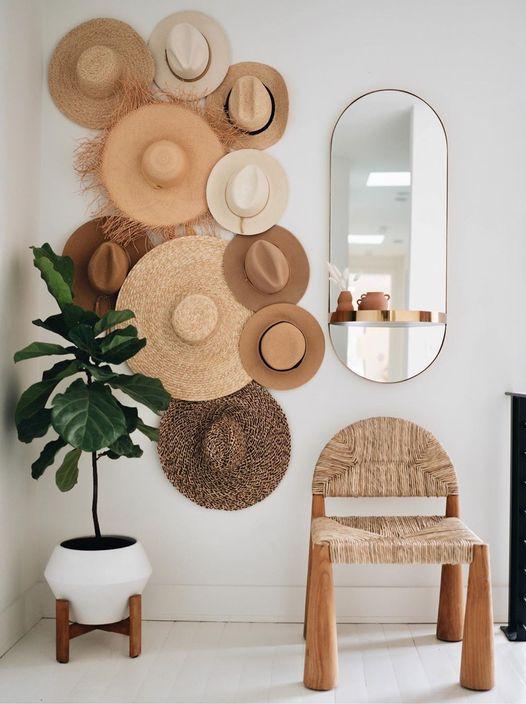 Composizione fatta con cappelli di paglia in stile Boho